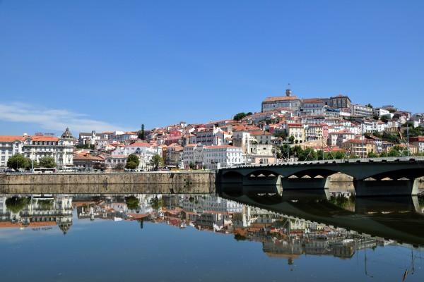 foto lang stadt coimbra mit fluss mondego portugal city panorama of. Black Bedroom Furniture Sets. Home Design Ideas