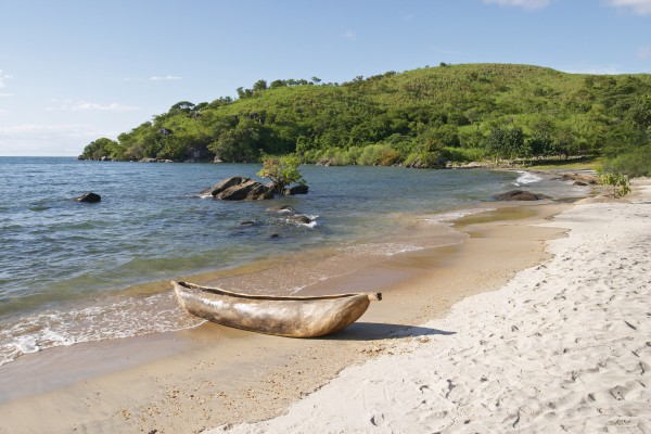 Traditionelles Kanu in der Makuzi Bay, Malawi