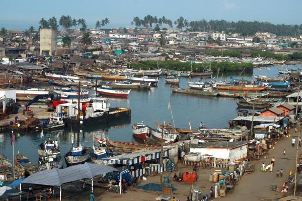 Schiffe im Hafen von Elmina, Ghana
