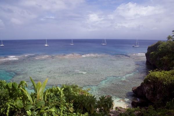 Bucht mit Yachten auf Niue, Polynesien